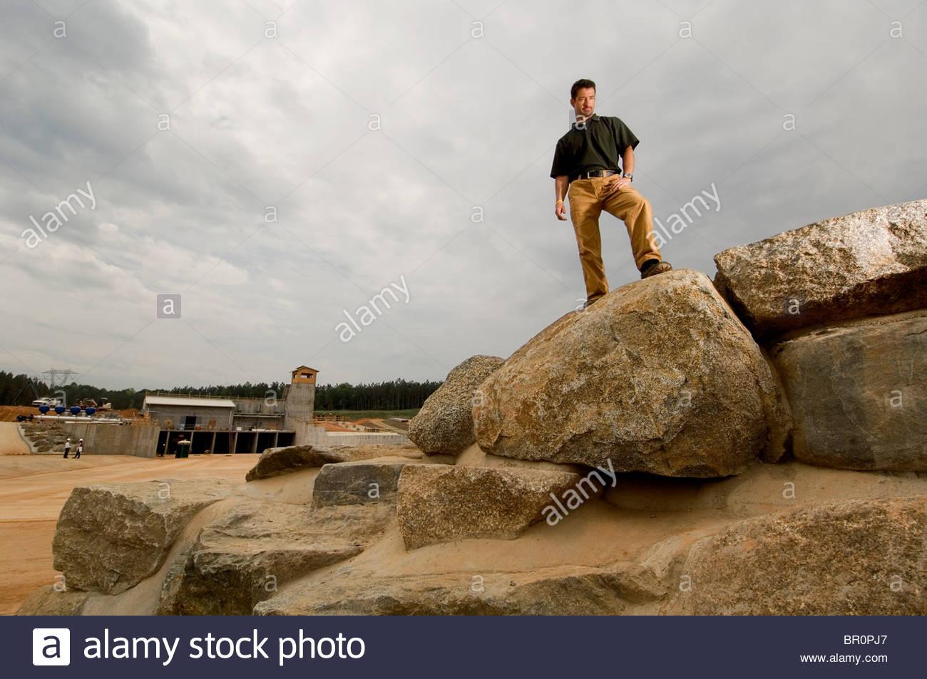 Ein Mann stellt sich auf künstlichen Felsen, Charlotte, NC. Stockbild