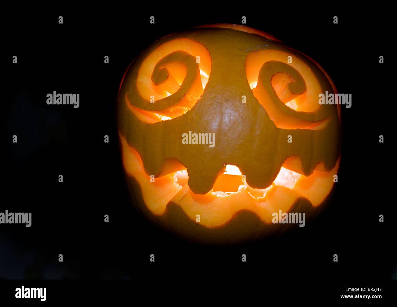 Halloween-Kürbis auf schwarzem Hintergrund Stockbild