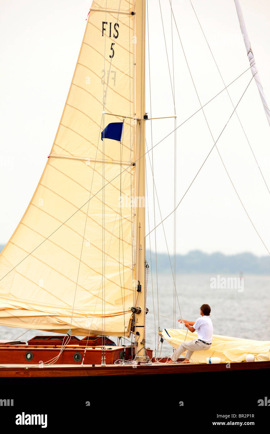 Menschen Sie ziehen Segel Segelboot Stockbild