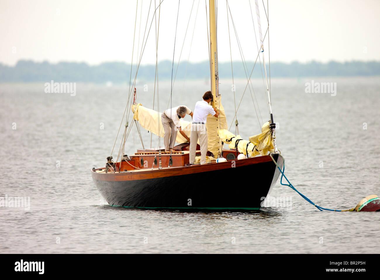 Zwei Männer setzen Segel Segelboot Stockbild