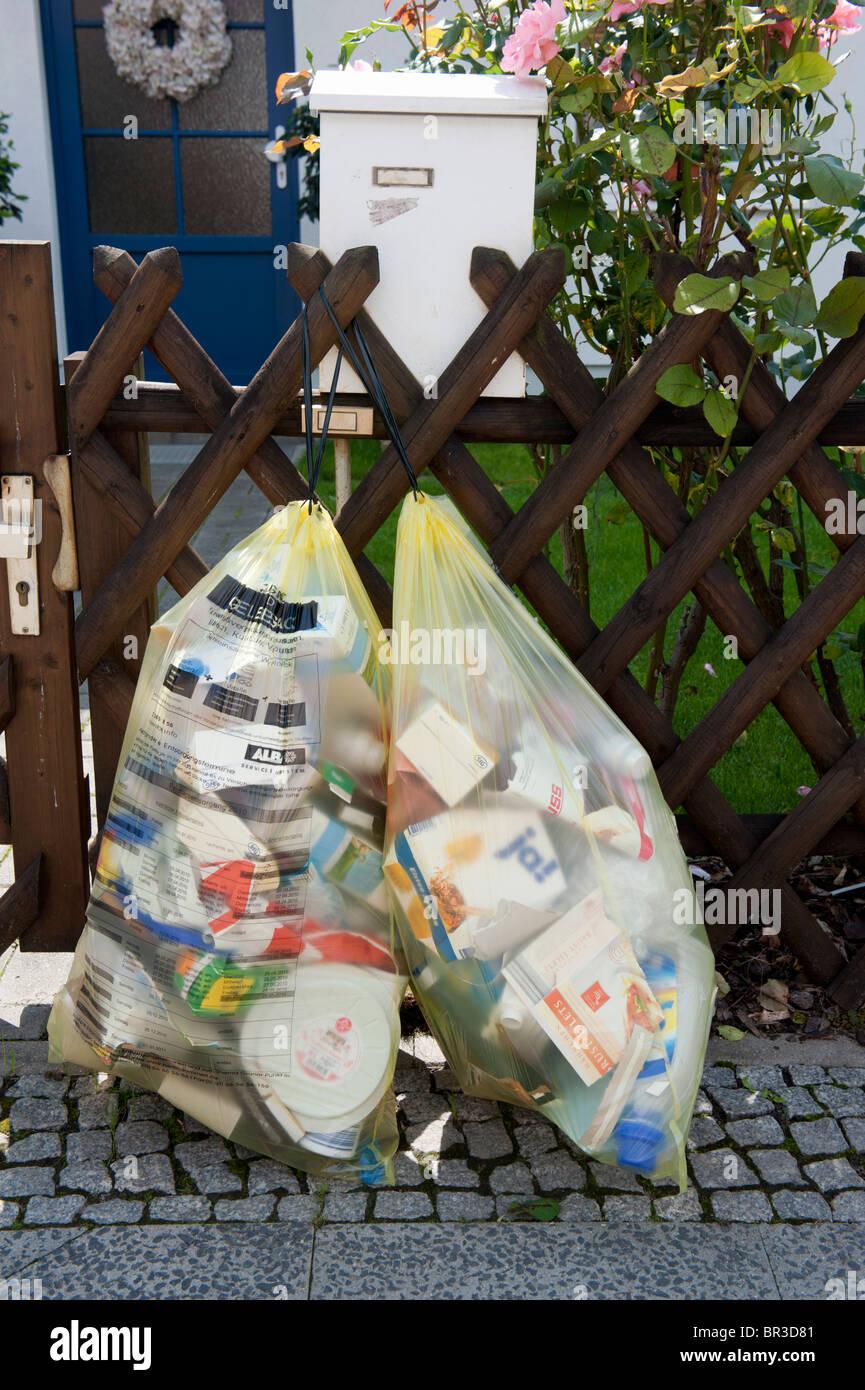 Hausmüll in recycling-Säcke vor Haus in Berlin-Deutschland sortiert Stockbild
