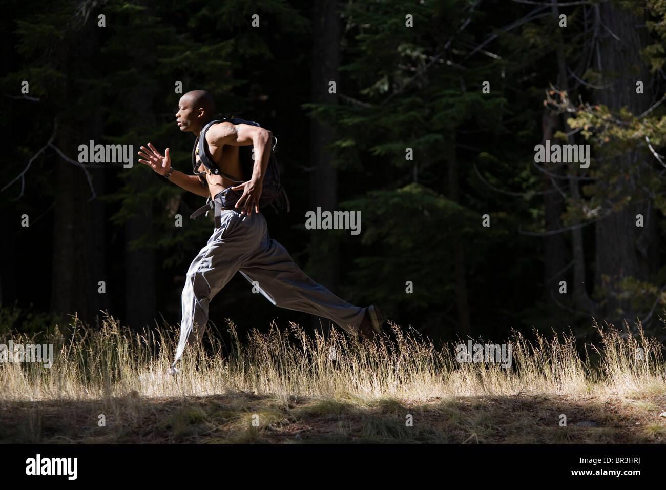 Afrikanische amerikanischer Mann, Amor Alexander läuft auf Trail in der Nähe von Mt. Hood in den Cascade Stockbild