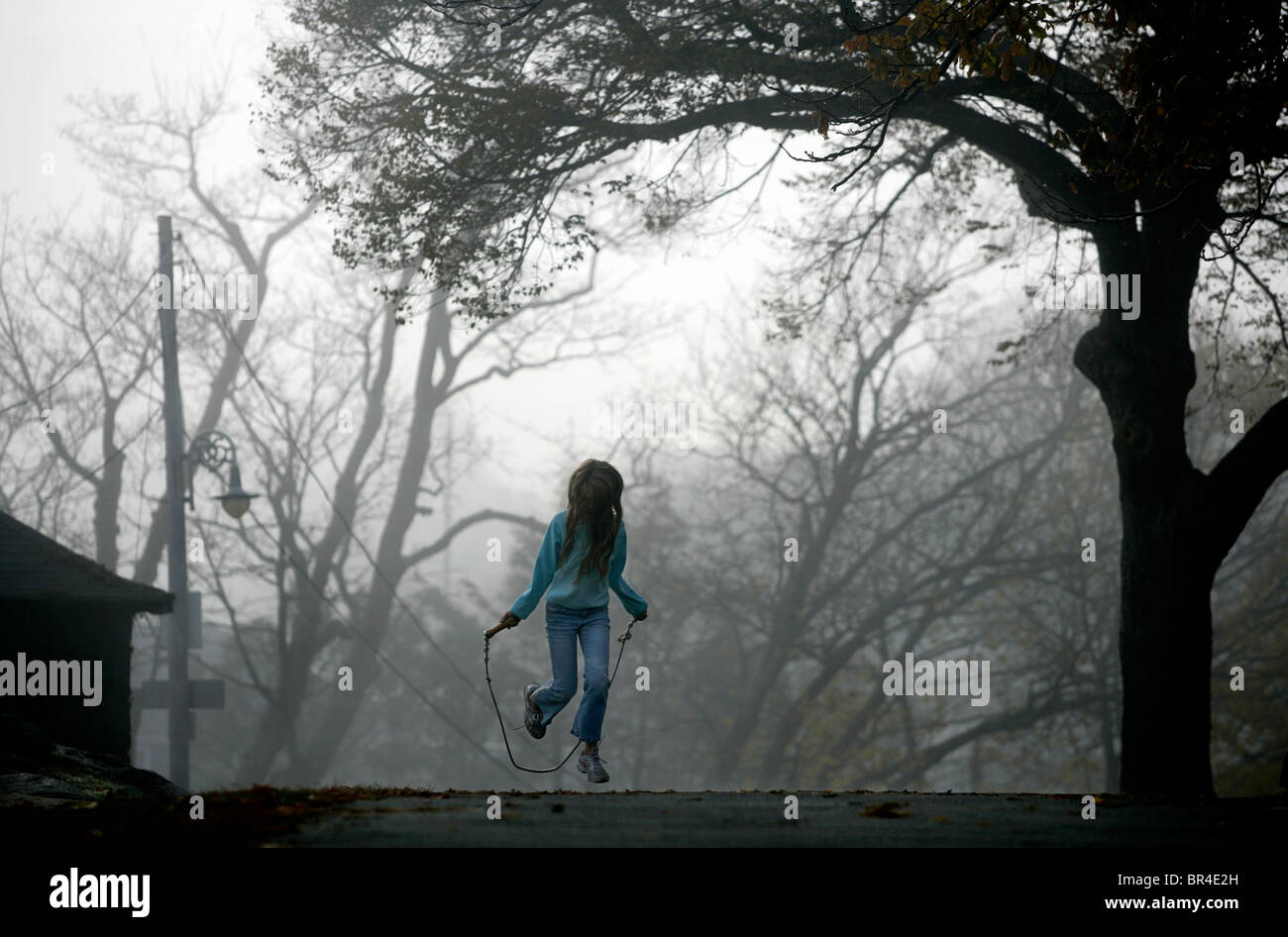 Ein junges Mädchen springt Seil. Stockbild