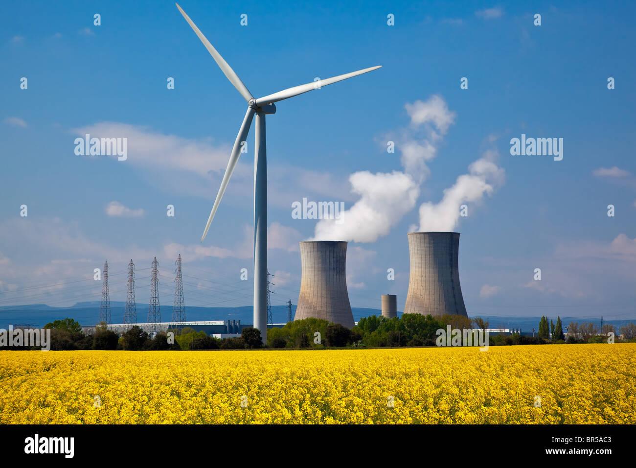 Frankreich, Drome und Vaucluse, Windkraftanlagen und Kernkraftwerk Tricastin Stockbild