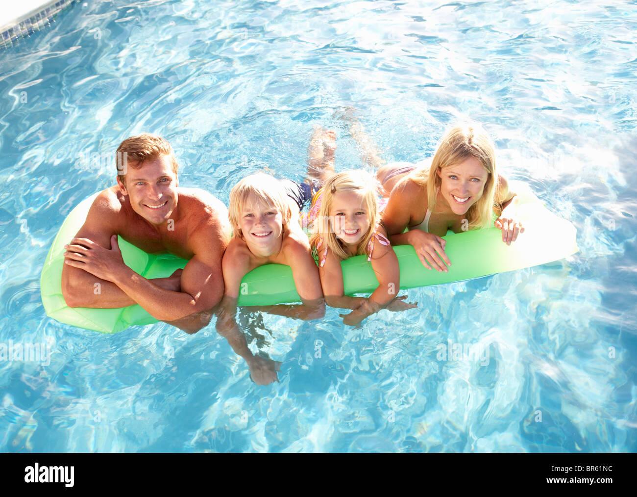 Familie außerhalb Entspannung im Schwimmbad Stockbild