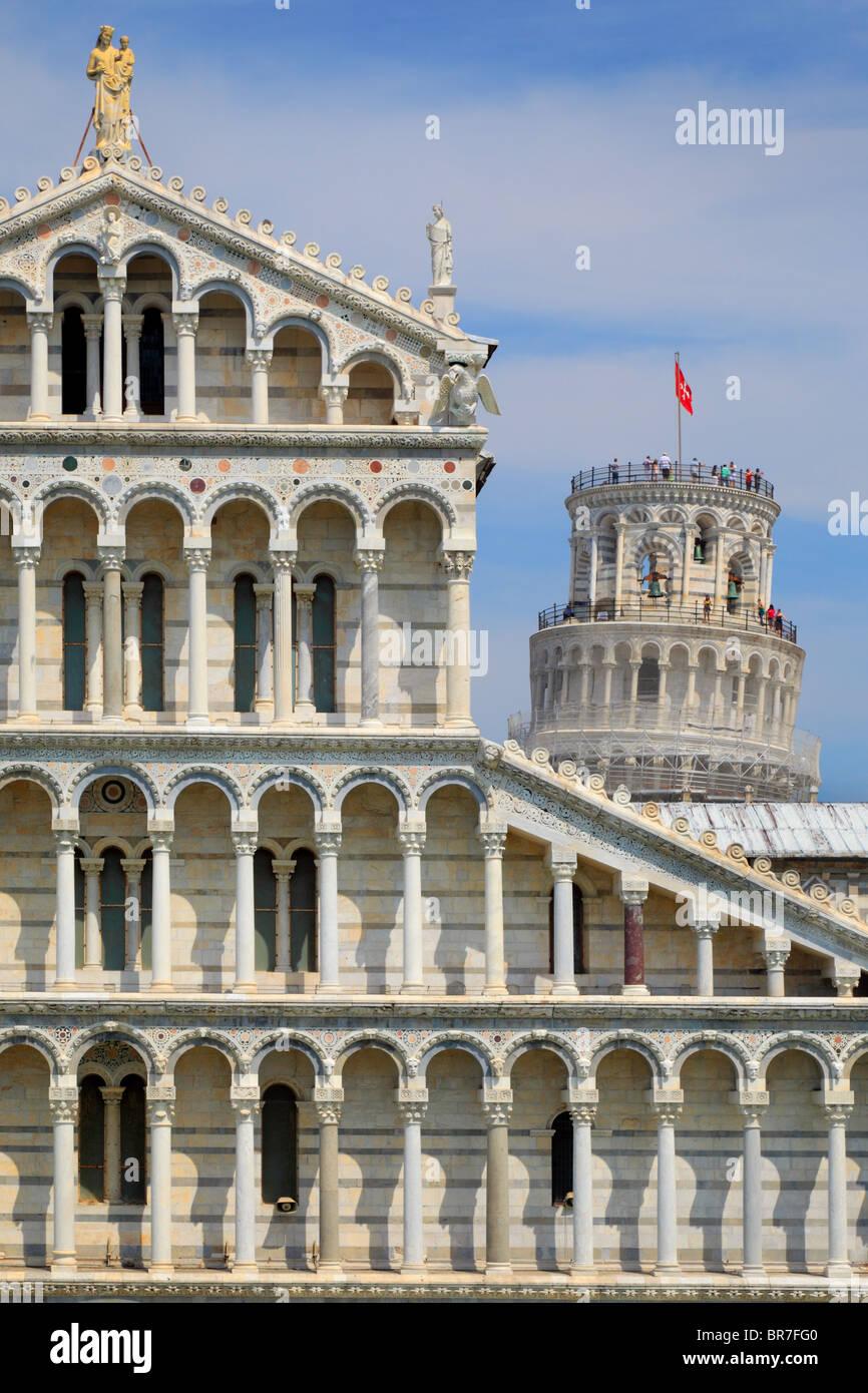 Der Dom mit den berühmten Schiefen Turm hinter sich, in Pisa die Piazza dei Miracoli, Italien Stockbild