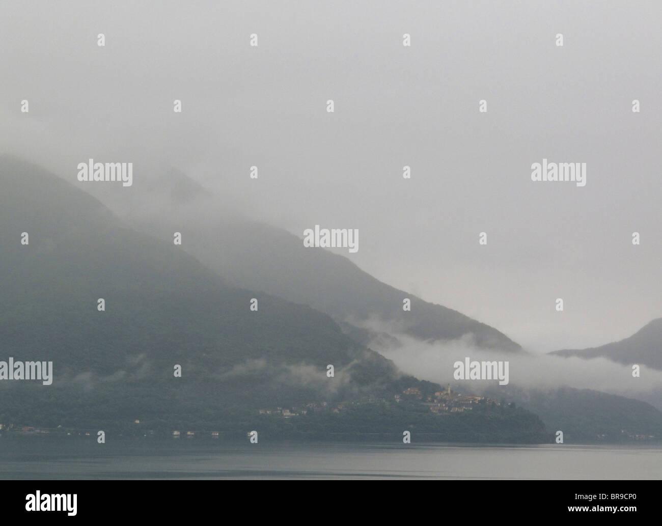 nach Regenschauer - Dorf von Pino Sulla Sponda del Lago Maggiore - Region Lombardei - Italien Stockbild