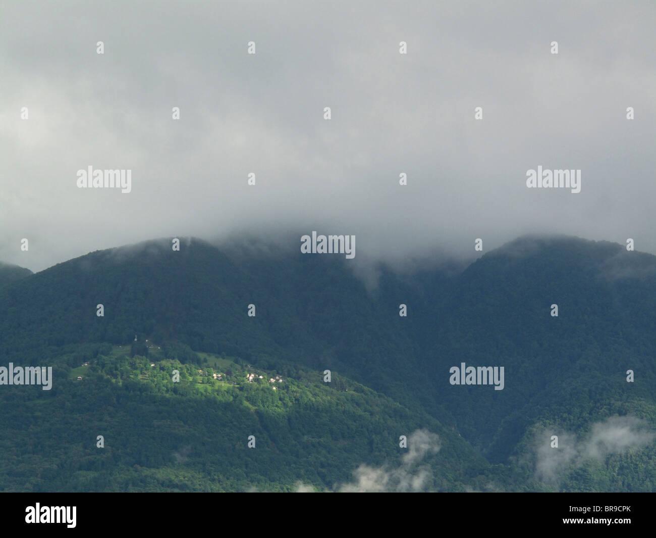 nach regen Duschen - Berggebiet des Gambarogno (in der Nähe von Dorf Gerra) - Kanton Tessin - Schweiz Stockbild