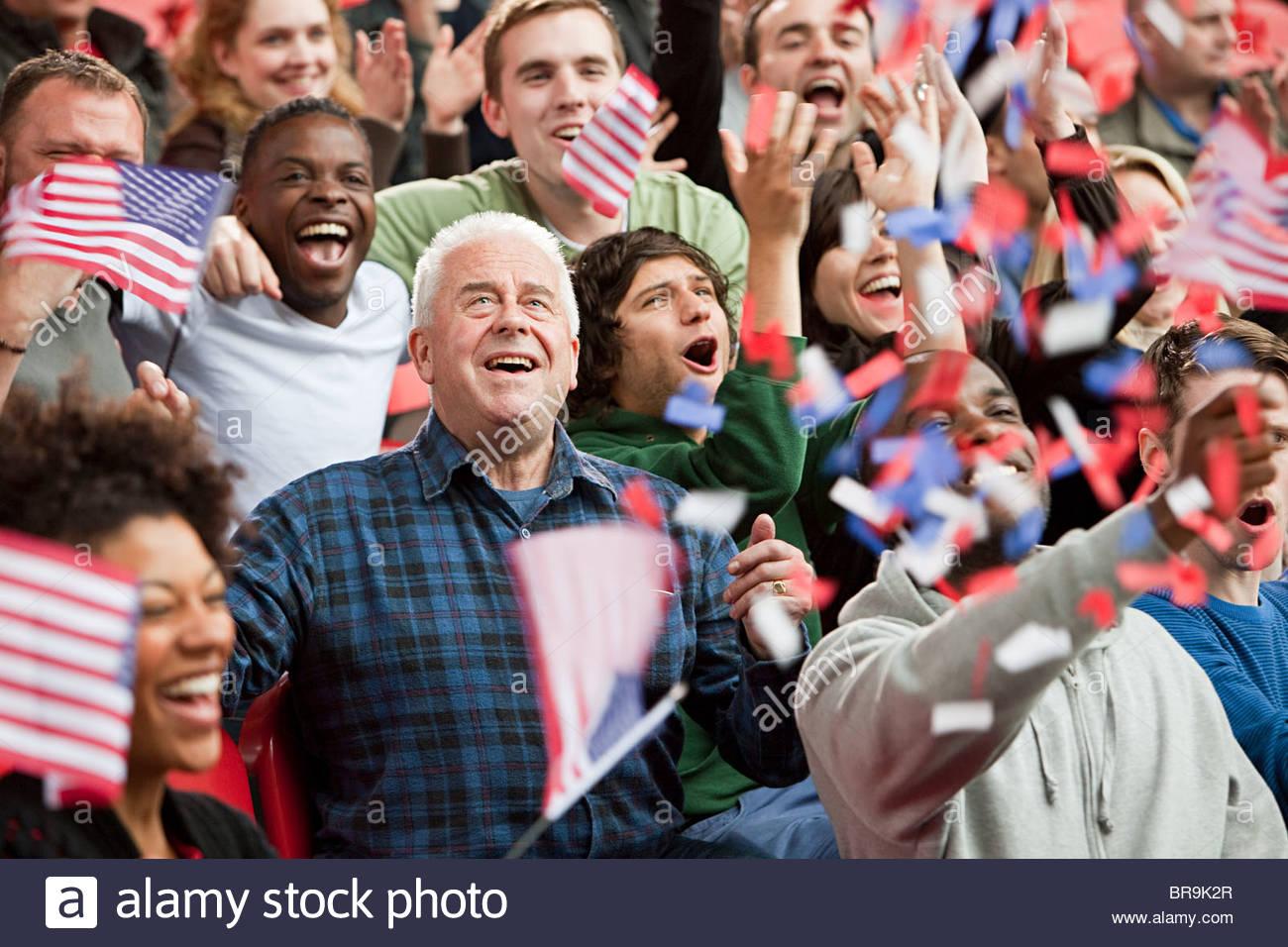 USA-Fans mit Fahnen und Ticker tape Stockbild