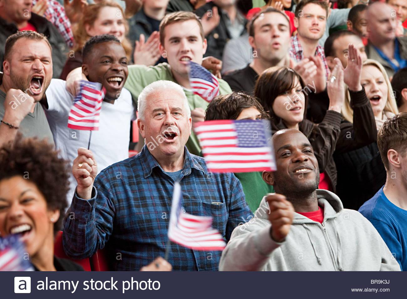 USA-Fans mit Fahnen Stockbild