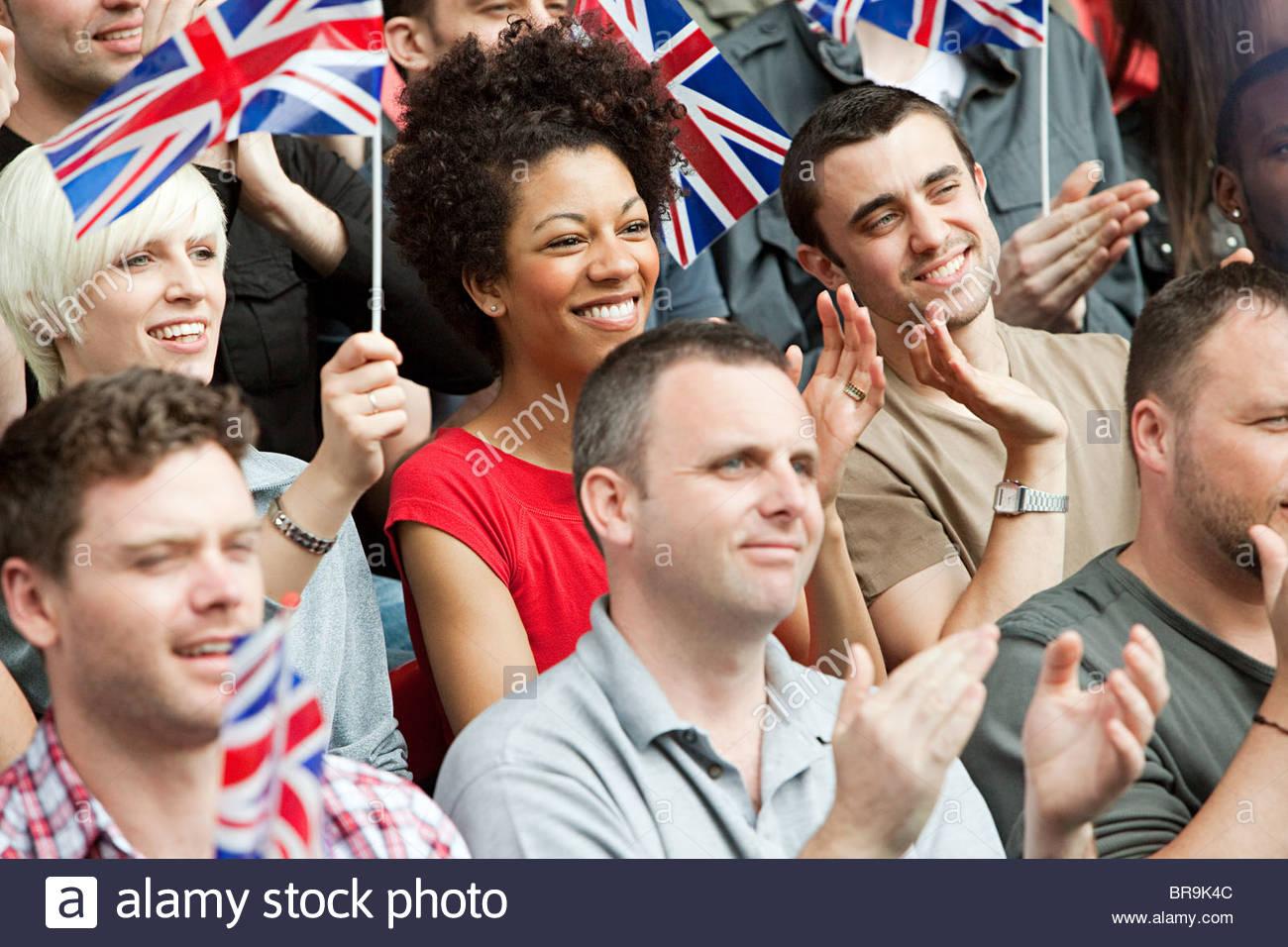 UK-Fans mit Fahnen Stockbild