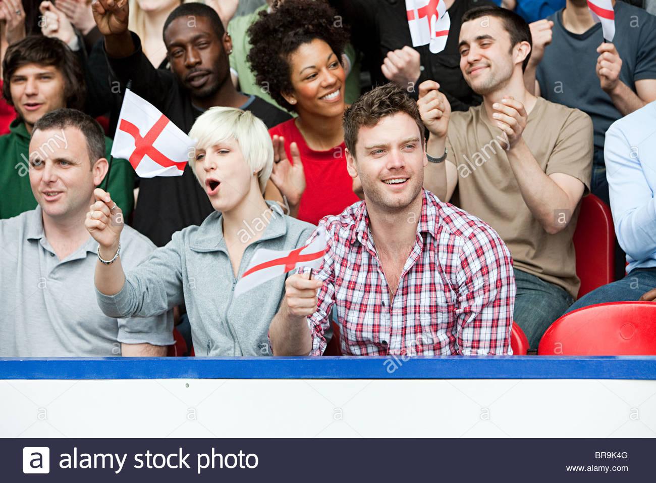 England-Fans mit Fahnen Stockbild