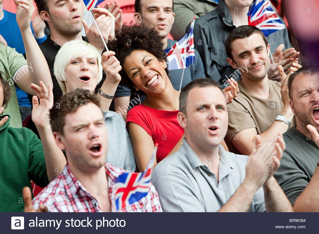 Great Britain-Fans mit Fahnen Stockbild