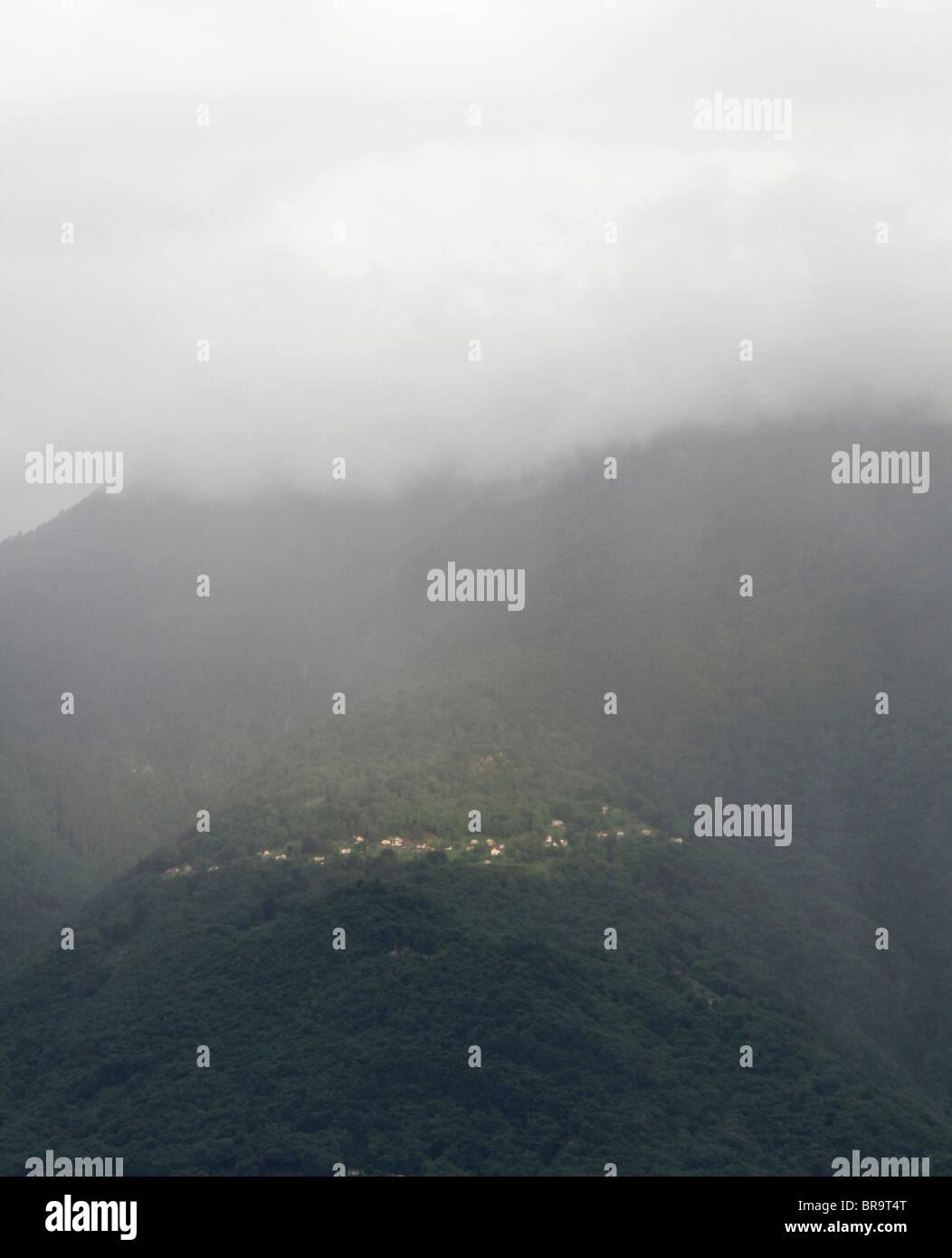 starker regen Duschen über Berggebiet des Gambarogno (in der Nähe von Dorf Gerra) - Kanton Tessin - Schweiz Stockbild