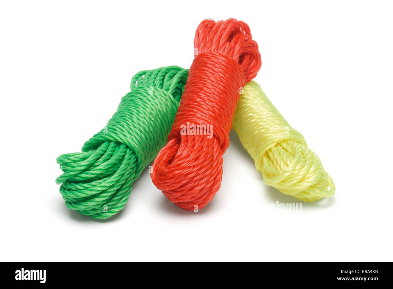 Drei Bündel von bunten Nylon Seile auf weißem Hintergrund Stockbild