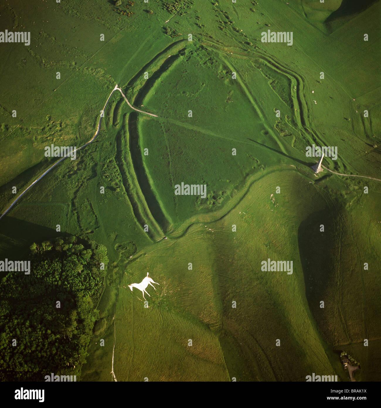 Luftaufnahme von Oldbury Camp Hill Fort mit Cherhill White Horse, Cherhill Down, Calne, Wiltshire, England, Vereinigtes Stockbild