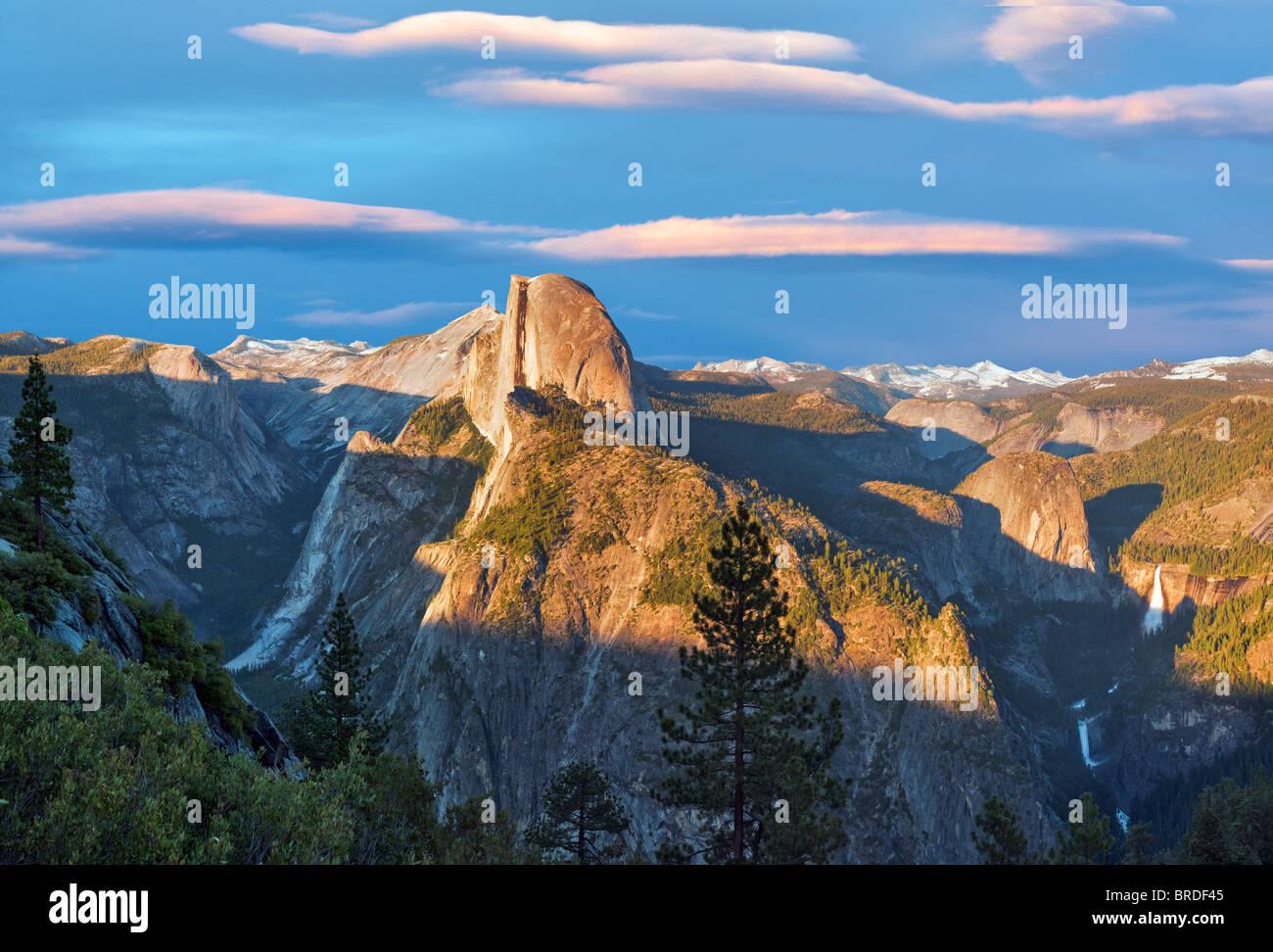 Blick auf Half Dome und Wasserfälle vom Glacier Point mit Sonnenuntergang. Yosemite Nationalpark, Kalifornien. Stockbild