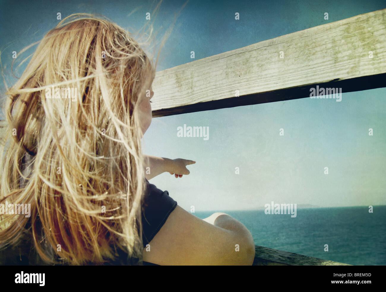 Mädchen, Meer darauf hinweisen Stockbild
