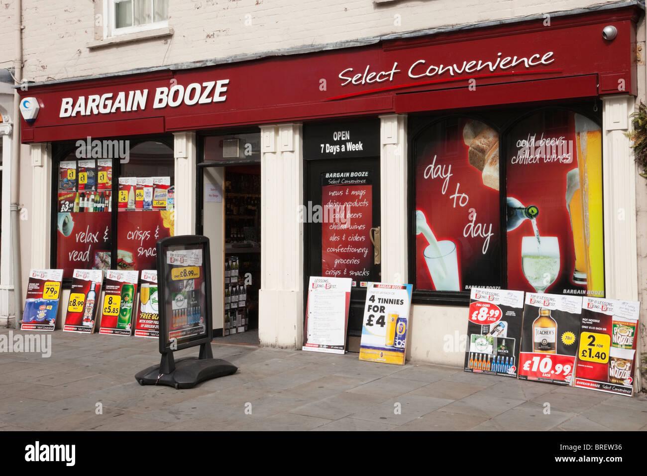 UK, Europa. Schnäppchen Schnaps Shop Frontscheibe mit Anzeigen für billigen Alkohol Stockbild