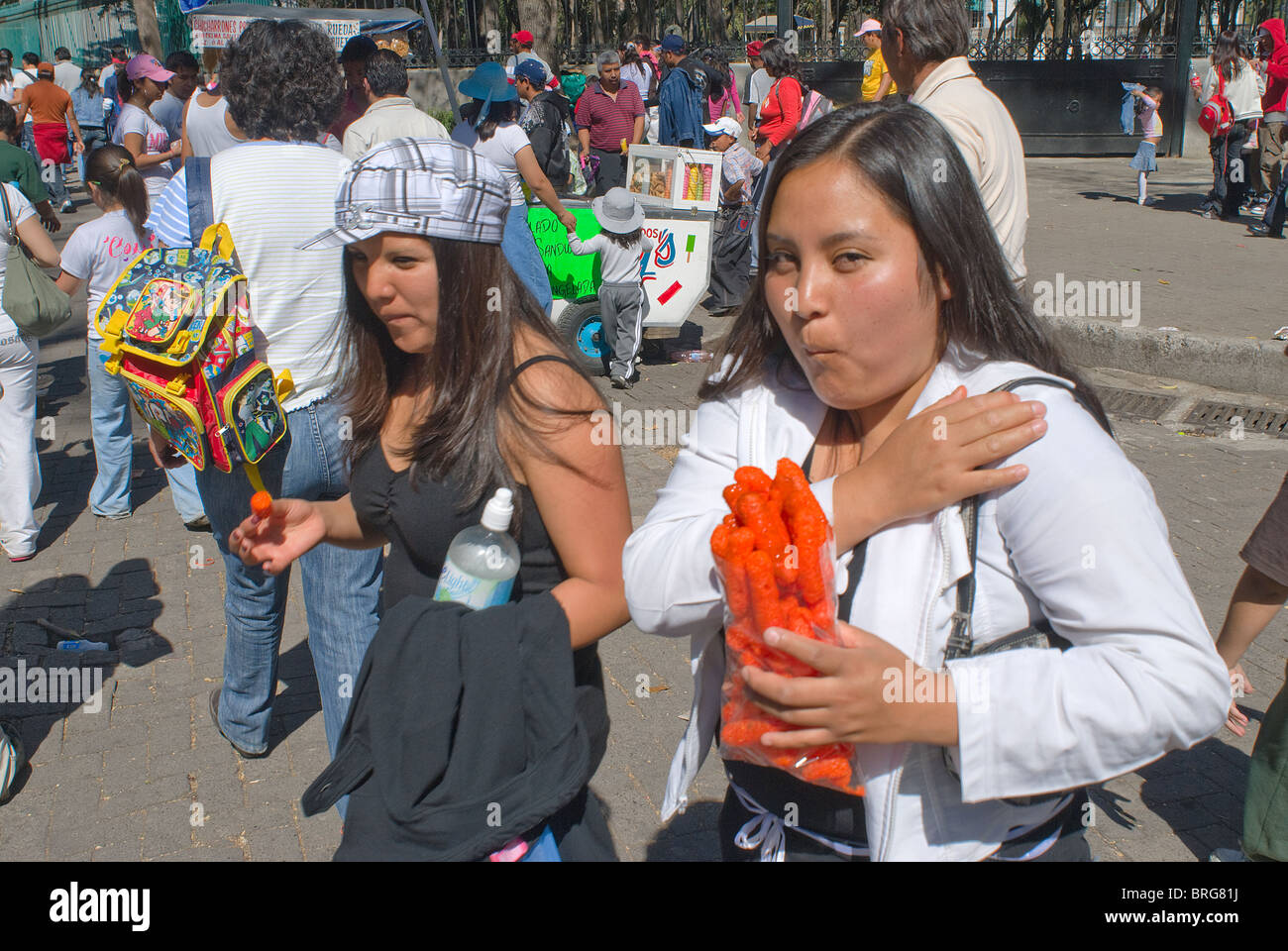 Chapultepec-Park in Mexiko-Stadt an einem Sonntag Nachmittag ist voll von Ständen, an denen Junk-Food für Stockbild