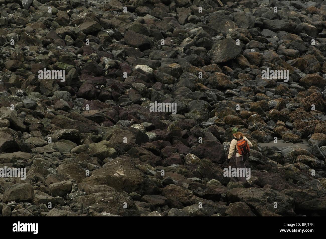 Eine Frau Wanderungen am Strand auf der Küste von Oregon. Stockbild
