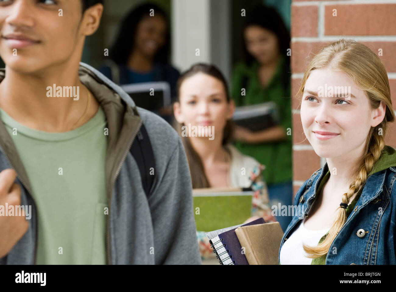 Junge Frau bewundernde Schüler vorbeigehen Stockbild