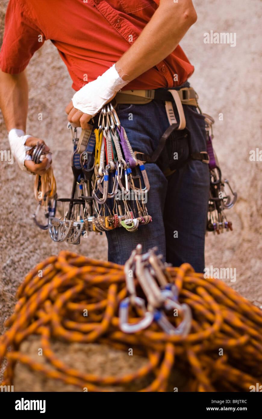 Ein Bergsteiger in rot bereitet führen gefangen innen zu klettern, eine Route bewertet 5.10 b. Stockbild