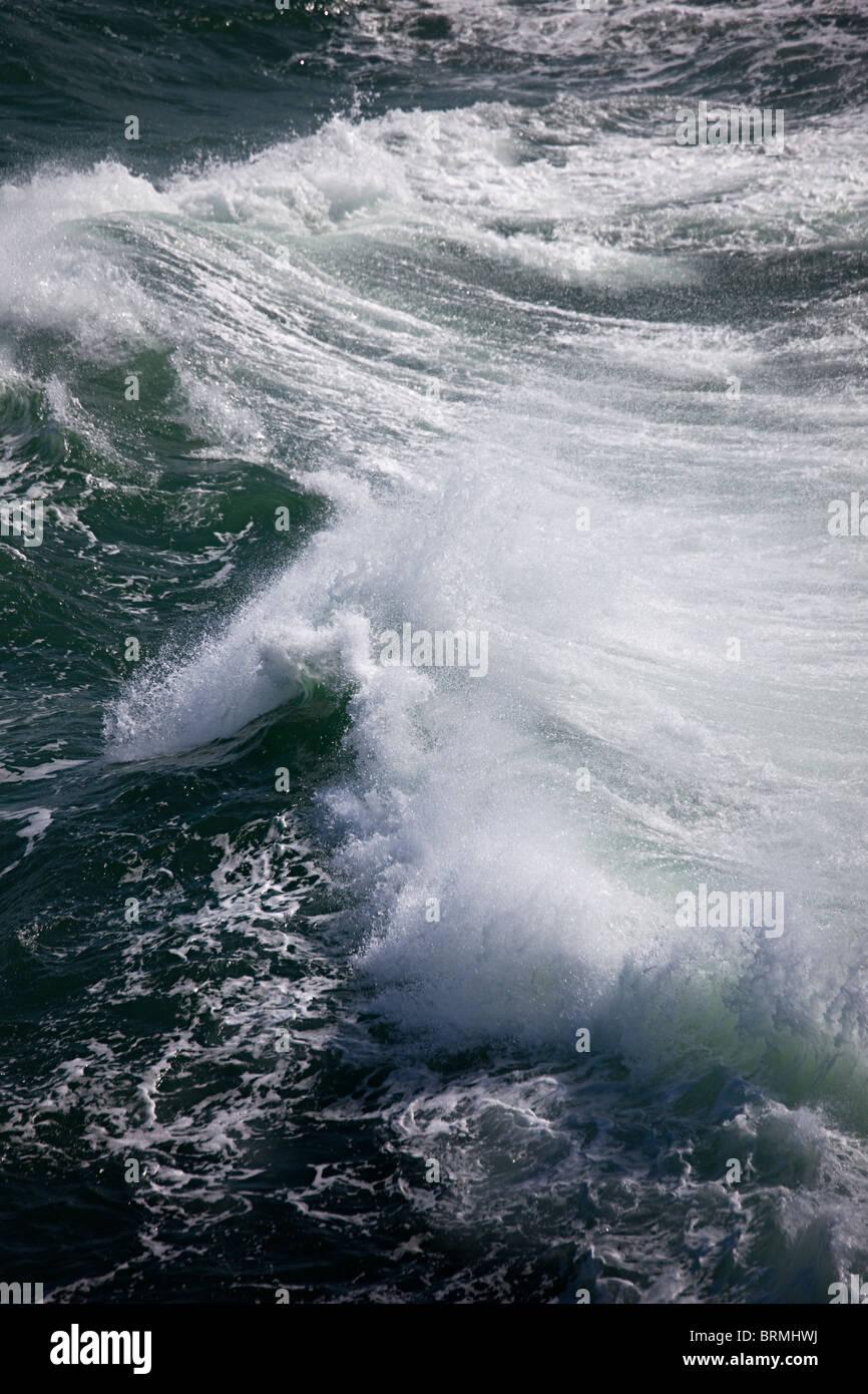 Sprühen Sie aus brechende Welle Stockbild