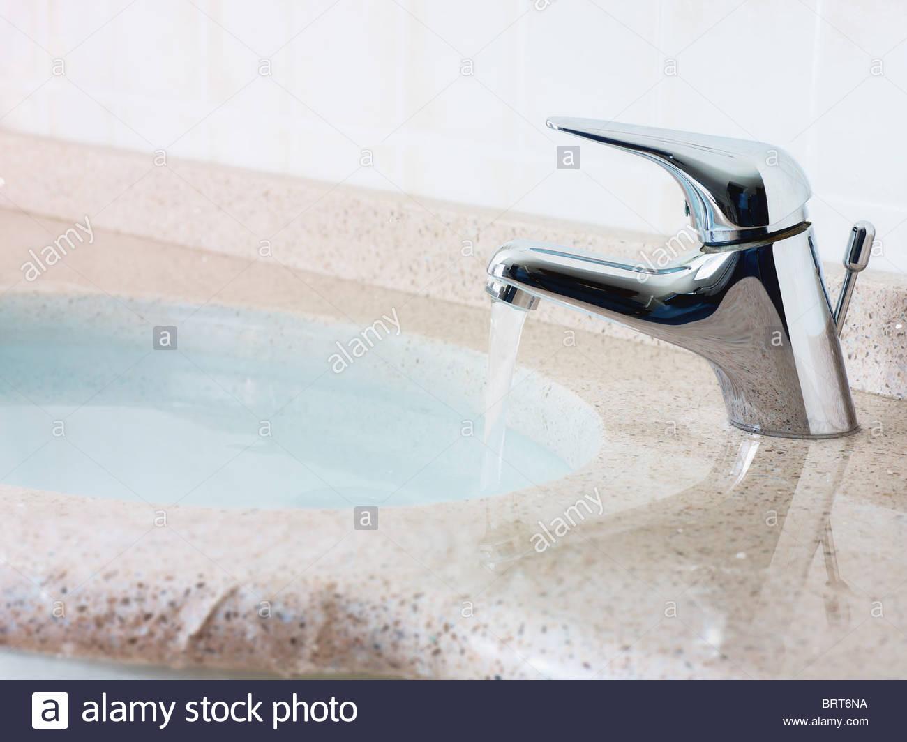 Wasser vom Waschbecken überlaufen. Querformat, keine Menschen, Textfreiraum Stockbild