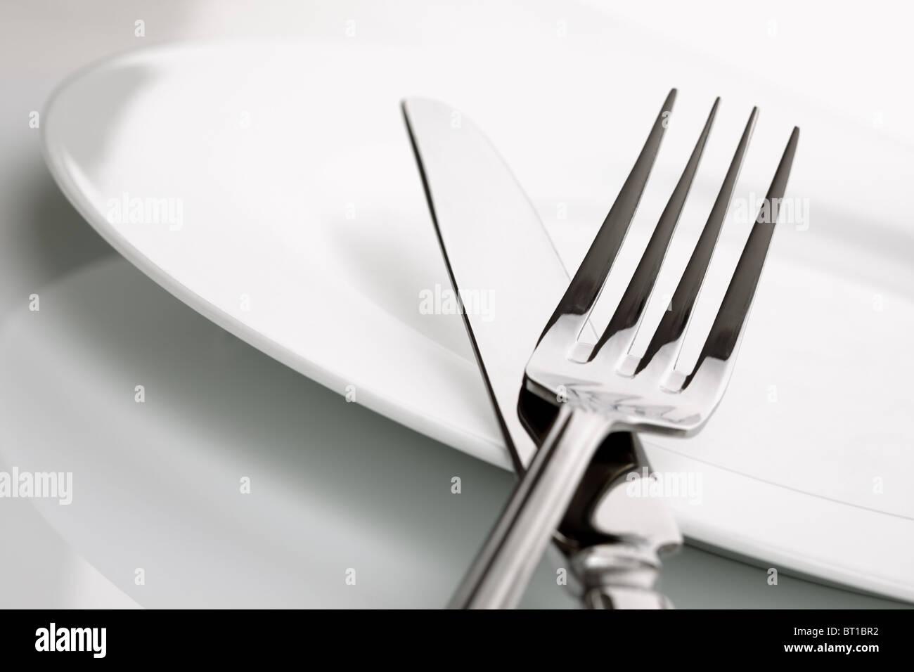Abendessen-Teller, Messer und Gabel-Besteck Stockbild