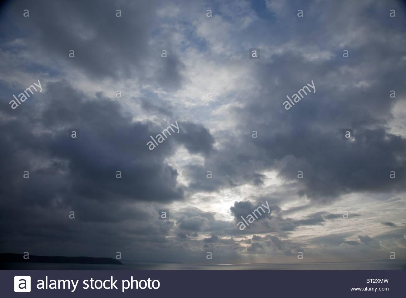 Eine dunkle Stimmungsvoller Himmel Stockbild