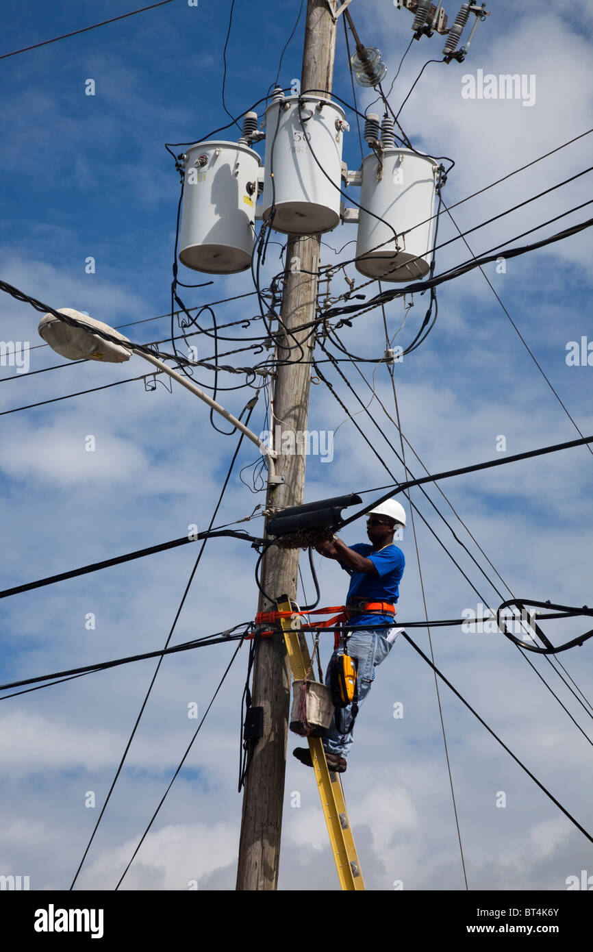 Arbeiter arbeiten auf Overhead power Kabel, Barbados, West Indies Stockbild