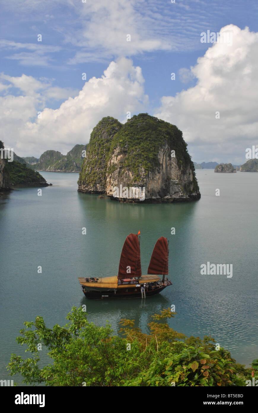 Dschunke mit roten Segel in Halong Bucht, Vietnam Stockbild