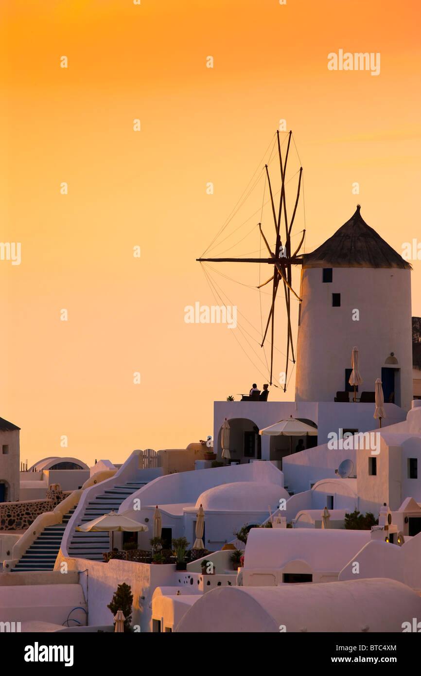 Oia Santorini Kykladen Inseln Griechenland im Abendlicht Stockbild
