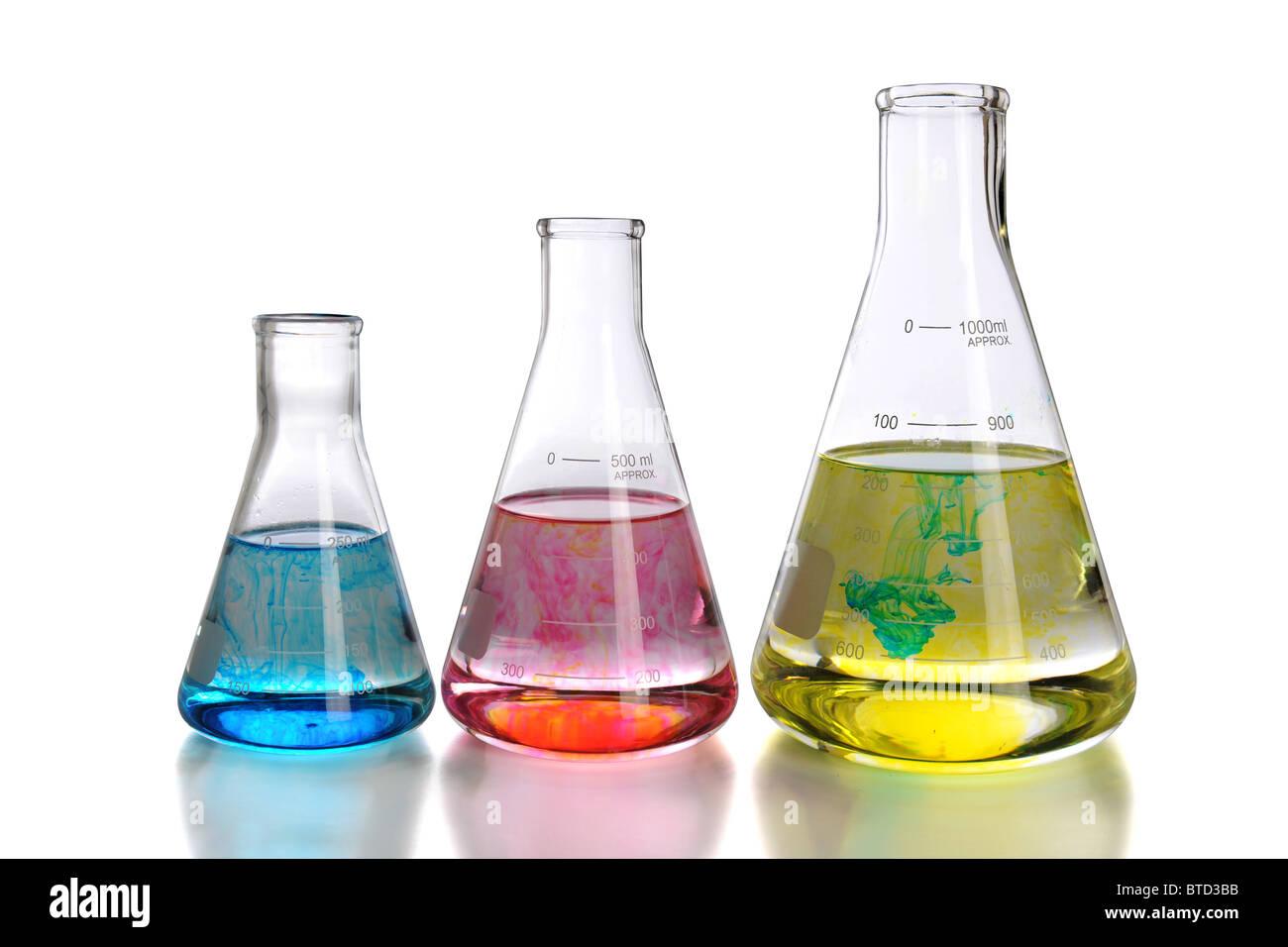 Laborglas mit Reflexionen isoliert auf weißem Hintergrund - mit Beschneidungspfad Stockbild