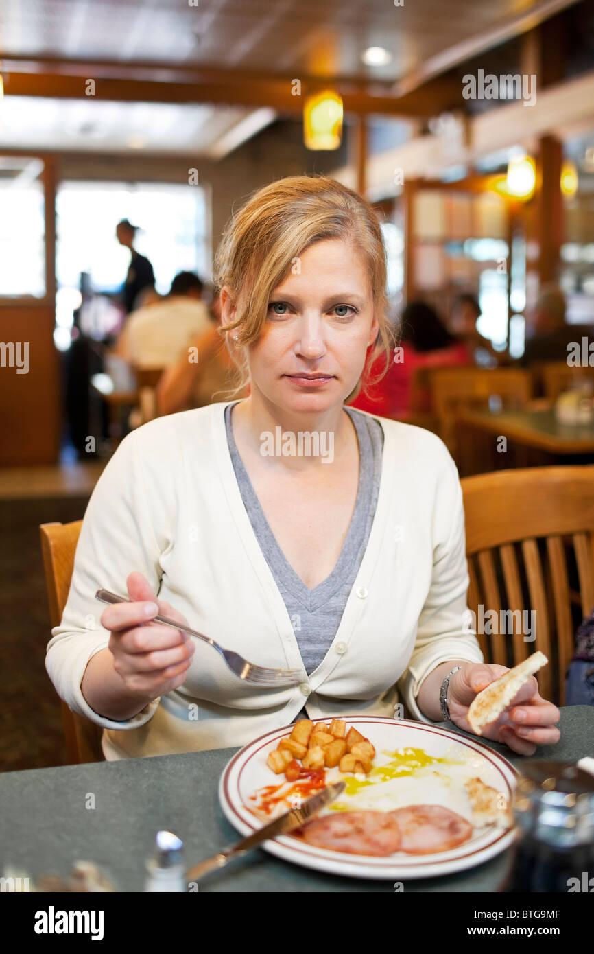 Frau in einem Diner zu frühstücken.  Winnipeg, Manitoba, Kanada. Stockbild