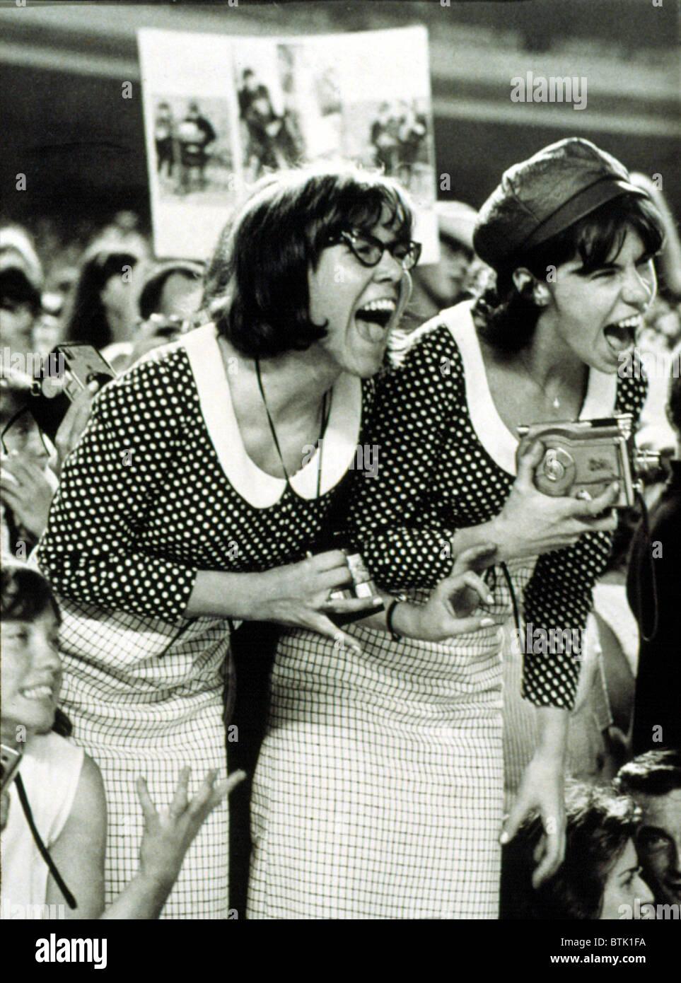 """BEATLES FANS schreien bei einem Konzert im Shea Stadium, NY, 15.08.65, anzeigen, was heißt, """"Beatlemania"""". Stockfoto"""