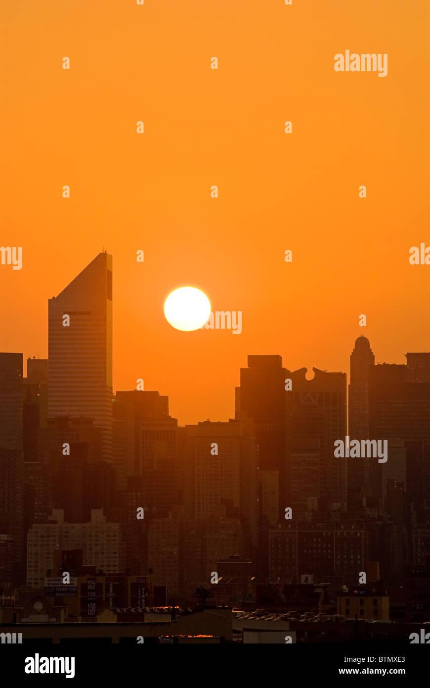 Skyline von Midtown Manhattan mit dem Citicorp-Center, bei Sonnenuntergang, New York City. Stockbild