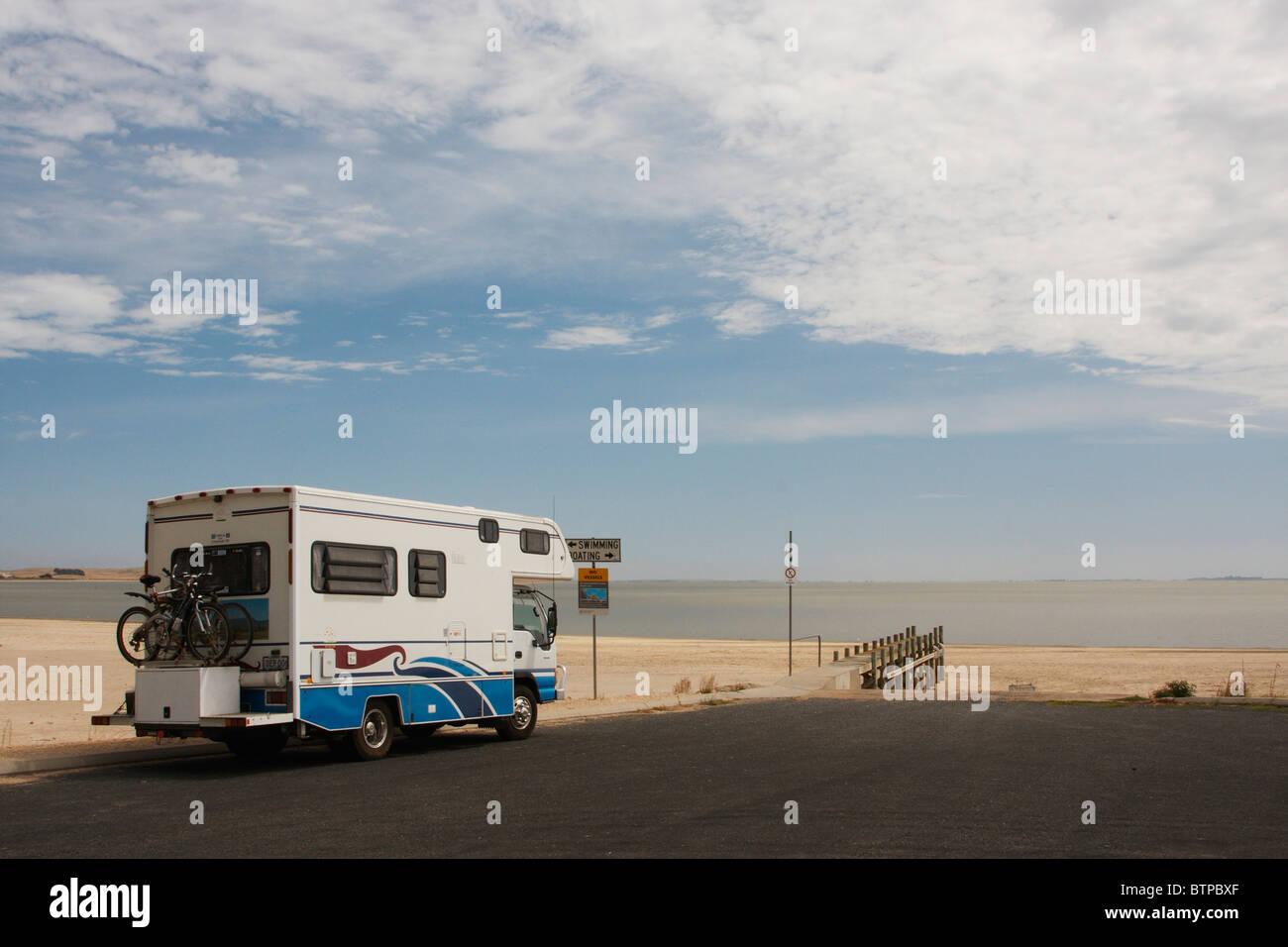 Australien, South Australia, Coorong, Meningie, Wohnmobil auf Straße in der Nähe von Strand Stockbild