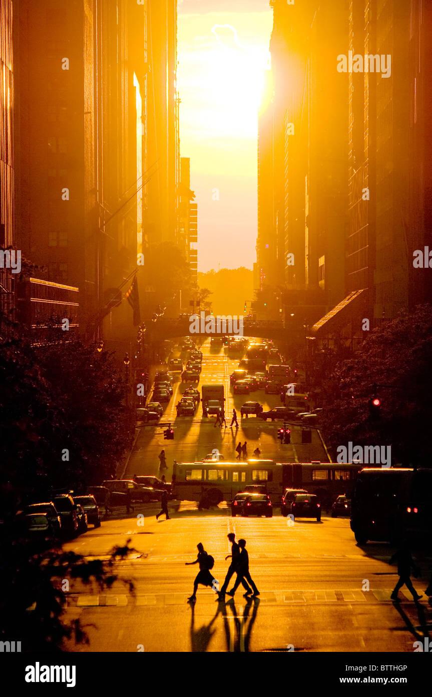 Blick auf den Sonnenuntergang von 42nd Street im Sommer, New York City. Stockfoto