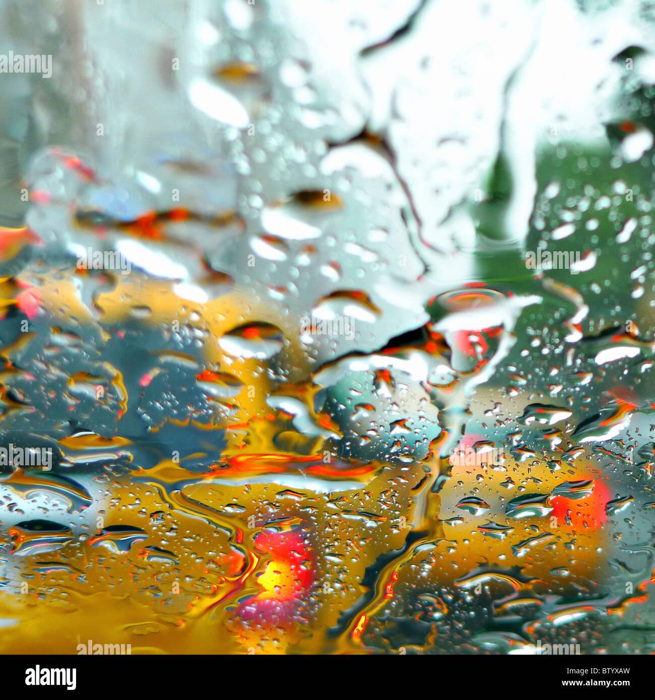 Verschwommenes Bild gelb NYC Taxis durch Regen Fenster. Stockbild