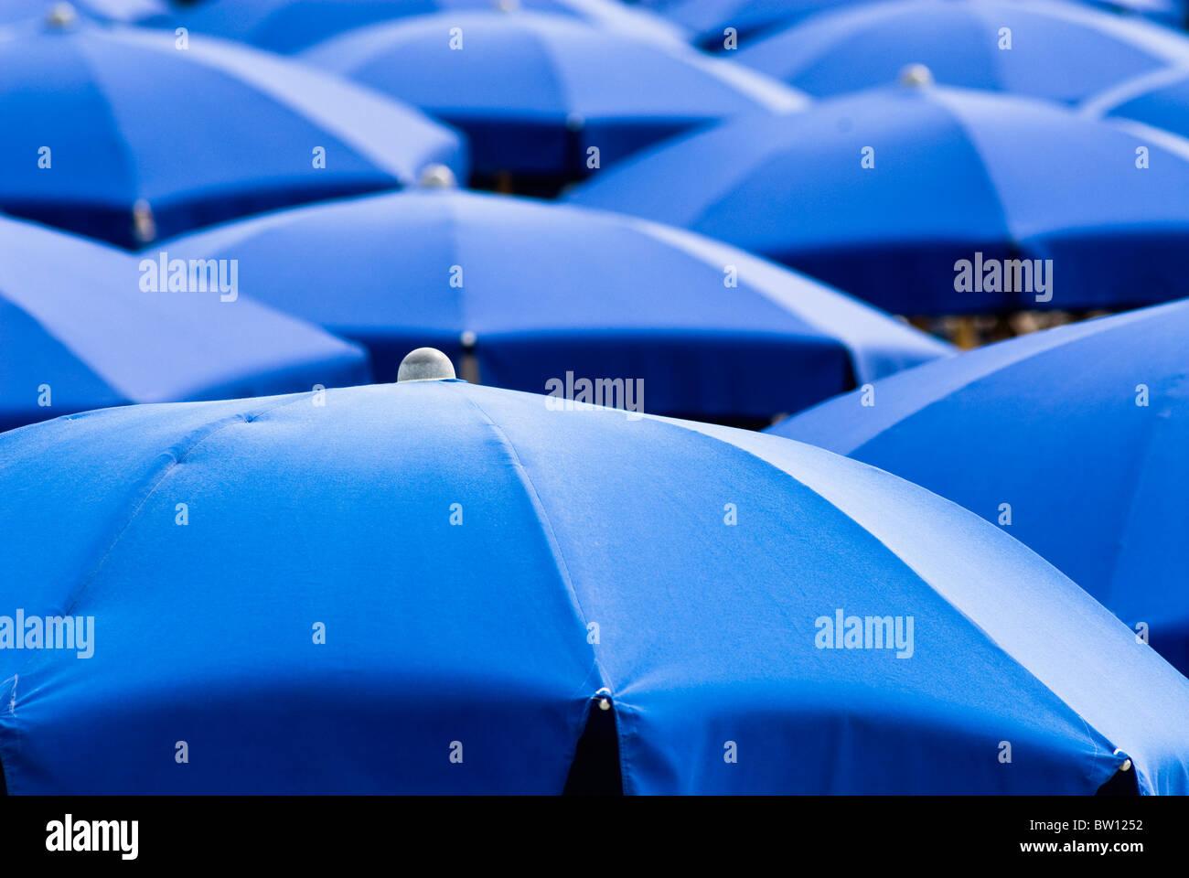 Blaue Sonnenschirme, Italien, Europa Stockbild