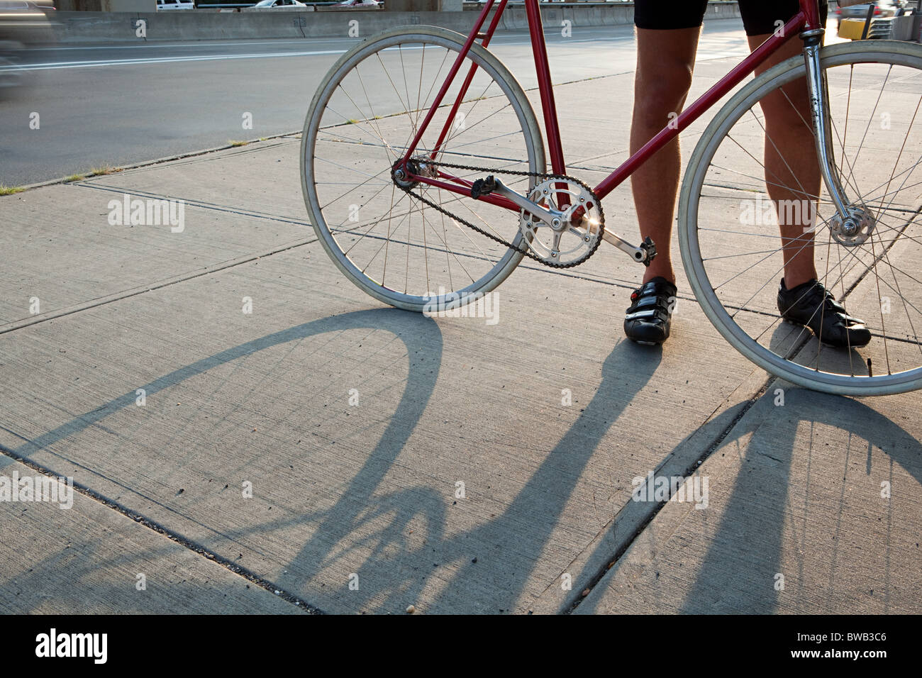 Radfahrer mit Fahrrad Stockfoto