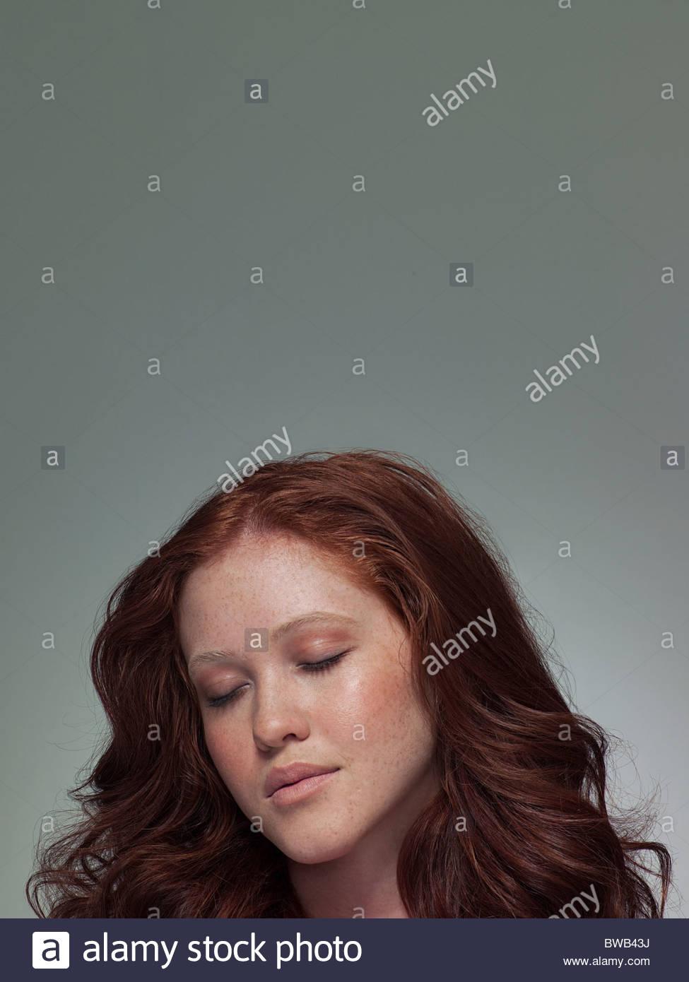 Kopfschuss jungen Frau mit Augen geschlossen, Porträt Stockbild