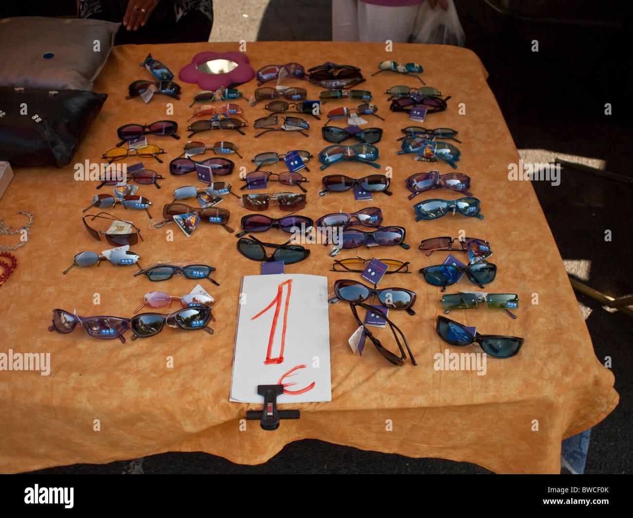 Günstige Sonnenbrillen am Markt im Südwesten Frankreichs Perpignan Stockbild