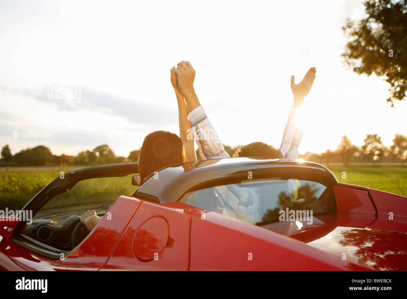 Paar in einen Elektro-Sportwagen, Spaß Stockfoto