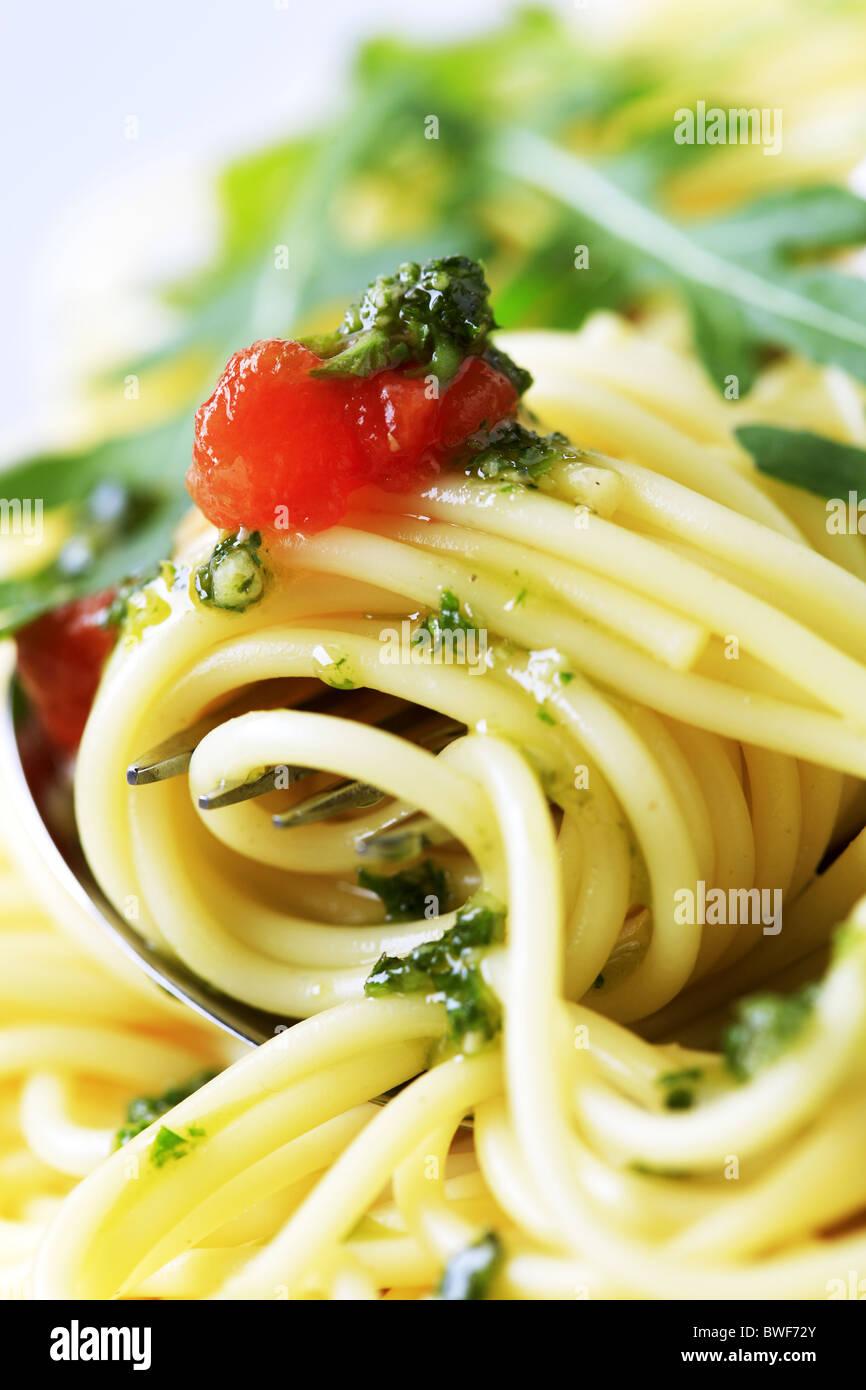 Makroaufnahme von Spaghetti drehte sich um eine Gabel Stockbild