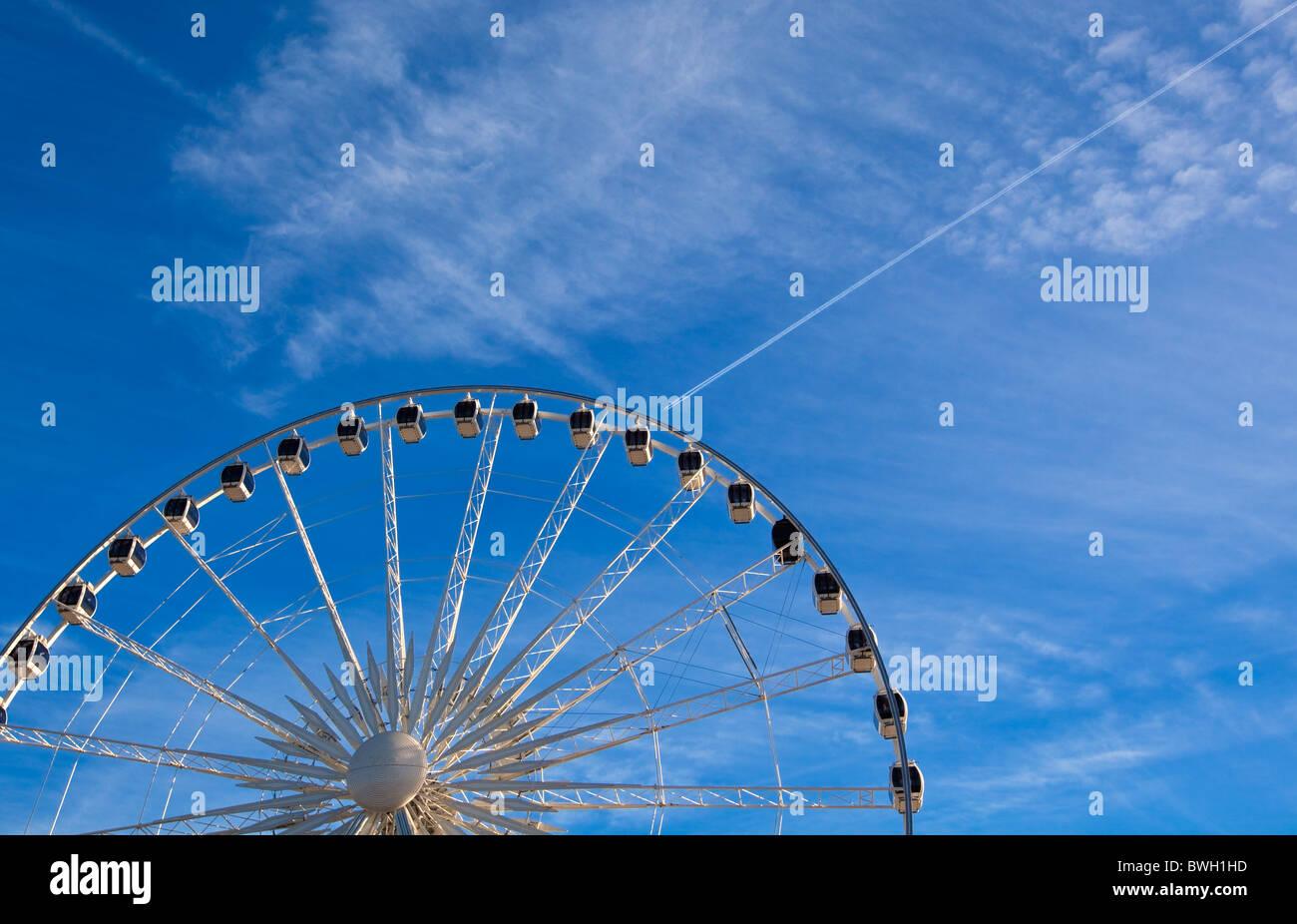 großes Riesenrad auf blauen Himmelshintergrund. horizontalen Schuss Stockbild