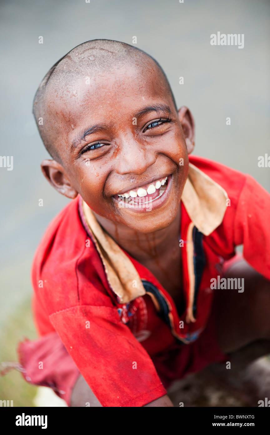 Lächelnd indischen Straße Junge selbst Waschen im Fluss in der indischen Landschaft. Andhra Pradesh, Indien Stockbild