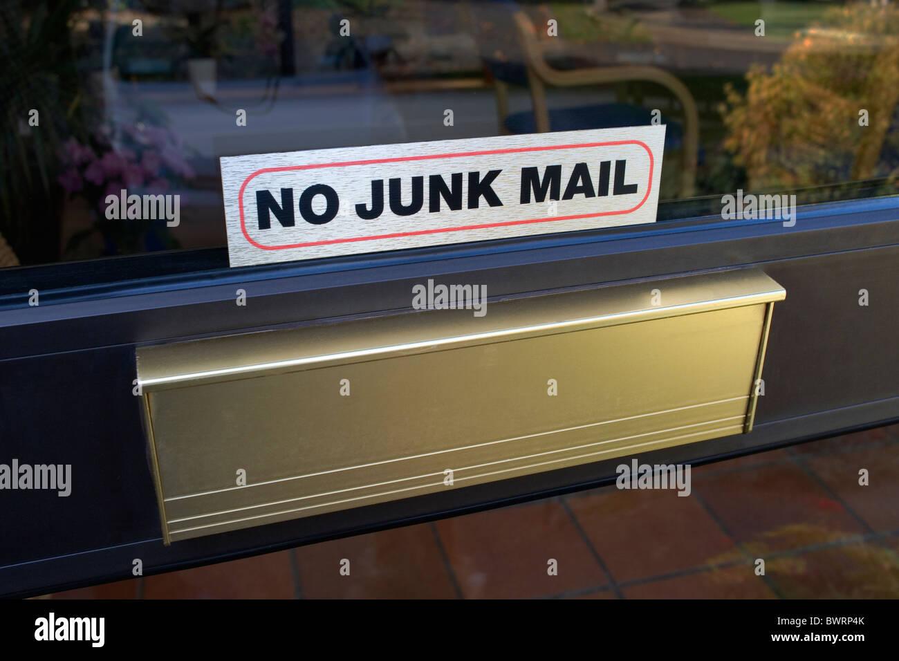 Ein häuslicher Briefkasten mit Ankündigung sagt: keine Junk-Mail Stockbild